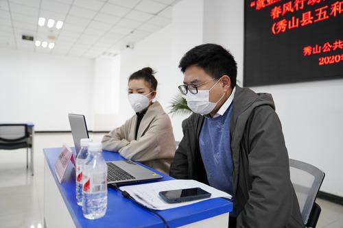An employer (R) uses internet to interview job seekers at a human resources market in Xiushan County, southwest China's Chongqing, Feb. 27, 2020. (Xinhua/Liu Chan)